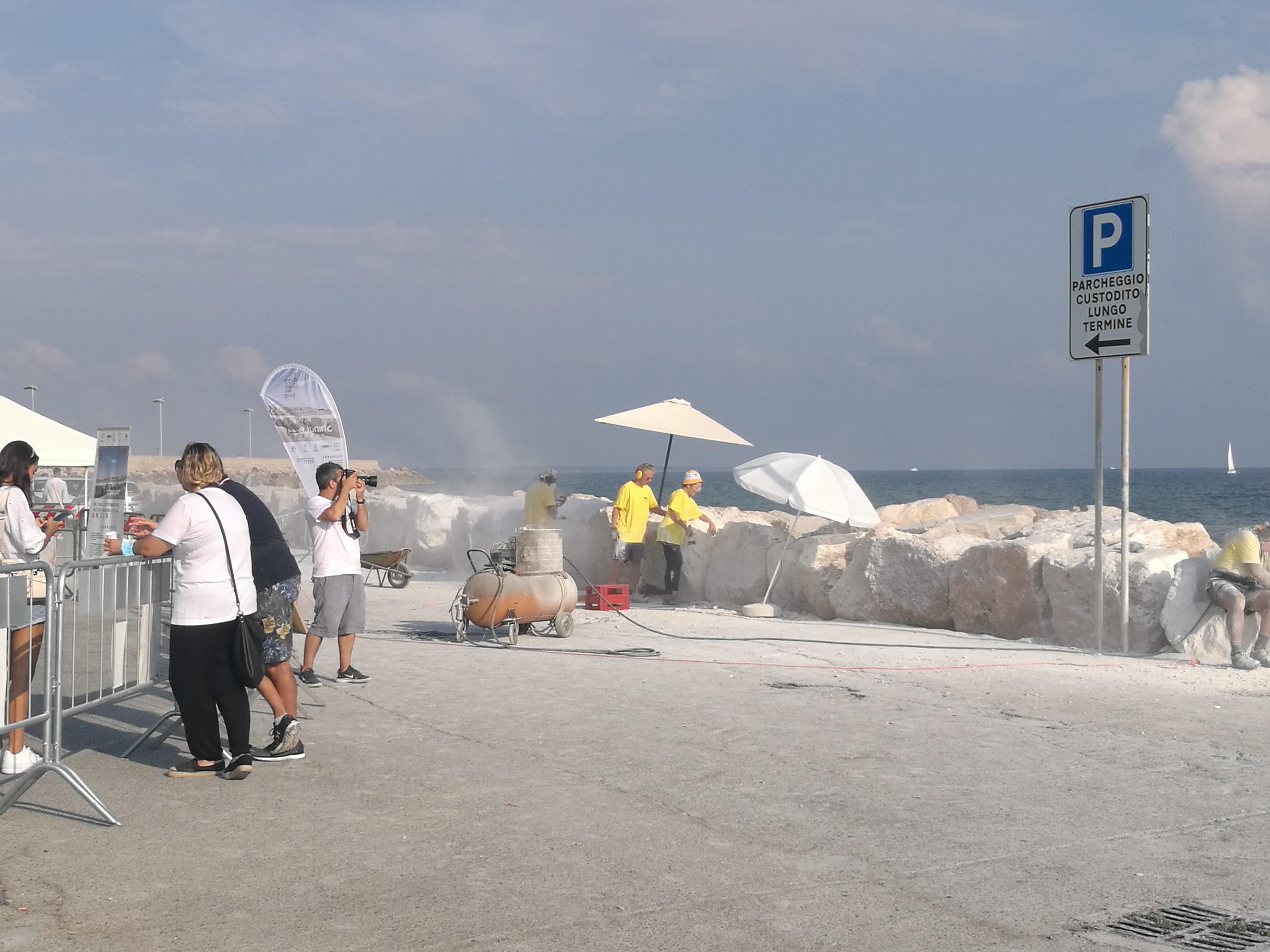 Anzio, la scogliera di Piazzale Marinai d'Italia diventa un'opera d'arte